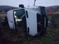 Un microbuz cu 16 oameni s-a răsturnat într-o curbă. 8 pasageri au fost răniți