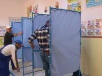 Pregătiri pentru alegerile de duminică. Cabine de vot în școli și grădinițe