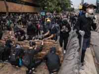 Sticle incendiare, arcuri cu săgeți și baricade, în Hong Kong. Ciocniri violente
