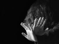 Fată de 10 ani, violată de doi bărbaţi care au ademenit-o într-o locuinţă din Brăila