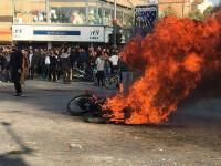 Proteste violente din cauza scumpirii benzinei, în Iran. Un polițist a fost ucis