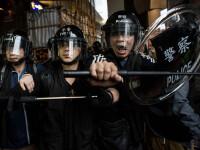 Proteste pentru democrație în Hong Kong. Polițiștii percheziționează manifestanții