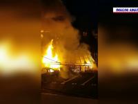 Incendiu uriaş în localitatea Brădet din judeţul Braşov. Focul s-a extins la un popas turistic