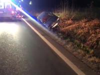 Un șofer băut a fost rănit, după ce s-a răsturnat cu mașina într-un șanț