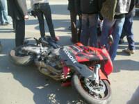 Imagini de groaza in Alba. Un motociclist s-a izbit violent de un autoturism