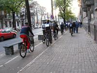 Biciclist de Bucuresti. Lupta inegala in trafic si pe trotuar!