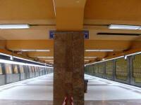 Si-a abandonat copilul de doi ani pe treptele de la metrou!