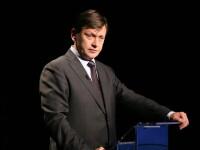 Crin Antonescu si-a depus, la BEC, candidatura la Presedintie