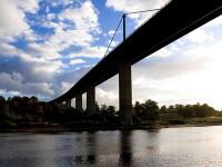 Impreuna spre moarte! Doua adolescente s-au aruncat de mana de pe un pod