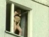 Frumoasa vecina noastra iese GOALA pe fereastra! Vezi VIDEO!