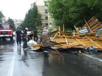 O rafala ca de uragan a smuls acoperisul unui bloc din Suceava