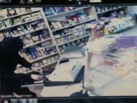 Vezi cum au jefuit doi barbati mascati, inarmati cu o sabie, un magazin din Timisoara