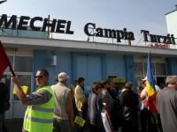 Proteste violente la Mechel Campia Turzii, oamenii au spart un geam al cladirii de birouri