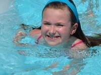 Multi ar ingheta de frica daca ar face asta. Alaturi de cine inoata aceasta fetita. GALERIE FOTO