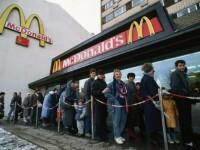 Cea mai mare coada vazuta la McDonald's in Europa.Cati rusi au venit la primul Mc deschis in Moscova