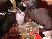 Cum au indurat frigul de azi noapte credinciosii prezenti la moastele de la Patriarhie