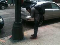 FOTO. Disperarea americanilor loviti de uraganul Sandy duce la solutii inedite. Ce face acest barbat