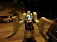 Cel mai tare costum de Halloween. Cum isi plimba un tata copilul. VIDEO