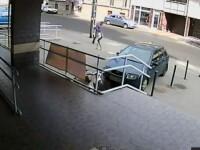 Moment hilar in Ungaria. Un hot care a jefuit o banca fuge mai repede decat politistul gras. VIDEO
