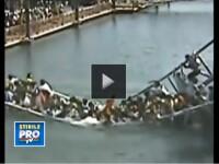VIDEO cu momentul in care un pod din China, plin cu turisti, se rupe in doua bucati