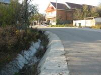 Trei morti si un ranit grav dupa ce o masina a intrat intr-un imobil, in Valcea