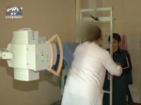 Radiografia, o tortura pentru bebelusi in Chisinau. Copiii sunt legati cu centuri si agatati de o bucata de metal