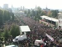 Cu lacrimi in ochi, zeci de mii de credinciosi din toata tara au urmarit liturghia de Sfanta Parascheva