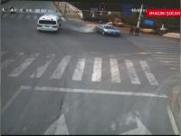 Accident groaznic in China. Doi pietoni care asteptau la semafor au fost spulberati de o masina