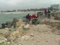 Descoperire sinistra la malul marii, langa plaja din Eforie. Cadavrul unui om era prins intre stabilopozii de pe dig