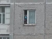 Clipul face inconjurul internetului. Ce a surprins un pieton la geamul unui apartament de la etajul 8 al blocului. VIDEO