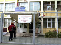 Profesorul de sport din Bucuresti a recunoscut ca a fotografiat eleve de opt ani in toaleta. Cum si-a explicat gestul
