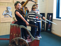 Expozitia unde copiii pot urca in Calul Troian sau bate moneda.