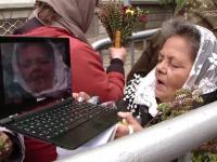 Scene ireale la pelerinajul de la Iasi. O femeie se pozeaza sarutand moastele Sf. Parascheva cu laptopul: