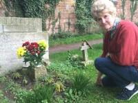 Un strain misterios a avut grija de mormantul fratelui ei timp de 20 de ani. Ce a observat femeia cand a ridicat un biletel