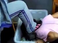 Imagini ingrijoratoare, filmate intr-o scoala. O eleva a fost obligata de o colega sa ingenuncheze si sa ia gunoi in gura