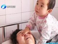 La doar 3 ani, isi ingrijeste singura mama ranita grav intr-un accident care i-a ucis bunicii. Povestea emotionanta a micutei