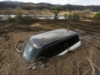 Grave alunecari de teren in California, in urma ploilor torentiale. Sute de masini au fost inghitite de pamant. VIDEO