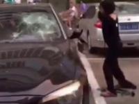Razbunarea unei femei inselate pe masina condusa de sotul ei. Trecatorii au filmat scena care a durat 20 de minute. VIDEO