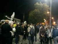 Peste 200 de persoane s-au strans luni in Piata Victoriei pentru a-i cere demisia vicepremierului Gabriel Oprea