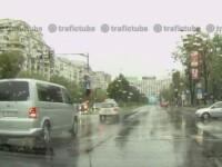 Si masinile Patriarhiei trec pe rosu, cu antemergator, prin traficul aglomerat al Capitalei. \