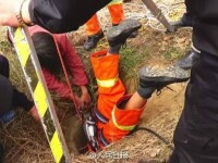 Operatiune dramatica de salvare in China. Un pompier s-a bagat cu capul in jos intr-un put pentru a scoate un copil