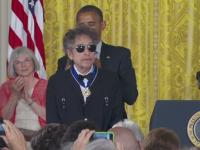 Bob Dylan a primit Nobelul pentru Literatura. Obama il felicita, unii scriitori il contesta: