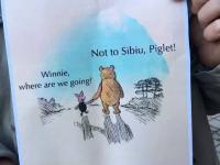 Zeci de oameni au protestat la Sibiu in cazul ursului ucis miercuri de autoritati: