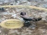 Se bronza pe un sezlong in largul Oceanului Atlantic in timpul Uraganului Matthew. Cat a rezistat barbatul. VIDEO