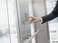 Imagini socante surprinse intr-un lift din China. Ce pateste aceasta mama pentru ca i-a spus unui barbat sa-si stinga tigara