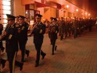 Festivitati de Ziua Armatei, in Timisoara. Zeci de militari au mers cu tortele aprinse, prin centrul orasului