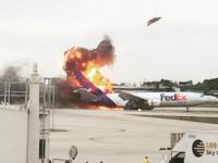 Un avion de marfa al companiei FedEx a izbucnit in flacari chiar pe pista de aterizare. Ce s-a intamplat cu pilotii VIDEO