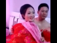 Nuntasii incep sa traga de lenjeria intima a miresei, chiar de fata cu sotul sau. Imaginile bizare aparute in China. VIDEO
