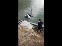 Autoturismul care a căzut în Dunăre, scos la suprafață. În el nu se află nicio persoană