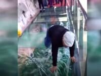 """Turist îngrozit de puntea de sticlă care """"crapă"""" sub el. VIDEO"""